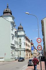 Prachtvolle Gründerzeitarchitektur mit Ecktürmen / Kupferkuppeln in der tř. 28. října von Budweis /  České Budějovice; das Gebäude wird als Polizeigebäude genutzt.