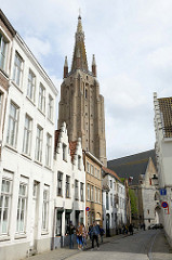Kirchturm der Liebfrauenkirche / Onze-Lieve-Vrouwekerk in Brügge; ursprünglich im 13. Jahrhundert errichtet - Kirchturm von 1320.