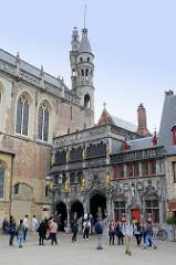 Heilig-Blut-Basilika am Burgplatz in Brügge;  Doppelkirche besteht aus der Basiliuskapelle als Unterkirche und einer Oberkirche. Der Sakralbau ist Aufbewahrungsort einer der bedeutendsten Reliquien Europas – einer Ampulle mit dem Blut Christi.