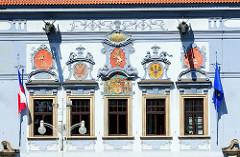 Fassadenschmuck mit Wappen an der Fassade historischen Rathaus von Budweis /  České Budějovice. Das Bauwerk im Stil des Barock wurde 1730 nach den Plänen des Architekten Anton Erhard Martinelli errichtet.