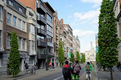 Blick durch die Bondgenotenlaan zum Bahnhofsgebäude / Friedensdenkmal in Leuven / Löwen; breiter Fahrstreifen für Fahrräder.