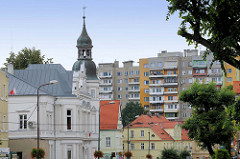 Blick über die Dächer unterschiedlicher Baustile im Zentrum der polnischen Stadt Langenbielau / Bielawa.