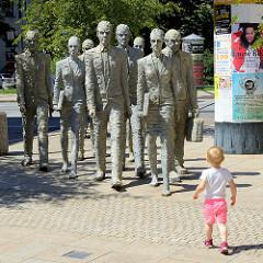Kunst im öffentlichen Raum, Statuen-Gruppe Humanoiden auf der Lannova-Straße in Budweis; Bildhauer/Künstler Michal Trpák.