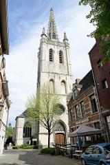 Kirchturm der Sint Geertrui / St. Gertrud Kirche in Löwen / Leuven;   gotische Kirche erbaut als Pfarrkirche im 14. bis 16. Jahrhundert.   Turm mit durchbrochener Steinspitze, erbaut vom flämischen Architekten Jan van Ruysbroeck.