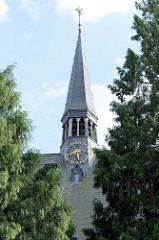 Kirchturm der   Sint Jan de Doper /  St. Johannes der Täufer Basilika  in Löwen / Leuven.  Im Jahre 1305 wurde mit dem Bau des Kirchengebäudes begonnen, fertiggestellt wurde erst zwischen um 1468.