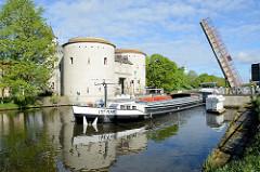 Schiffsverkehr auf dem Kanal Gent-Osstende in Brügge; das Binnenschiff INEMAR passiert die Klappbrücke am historischen Tor Kruispoort / Kreuztor. Das  Tor entstand ursprünglich 1304.