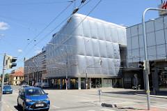 Moderne Kaufhausarchitektur mit Metallfassade in der Straße Pražská tř. in Budweis / České Budějovice.
