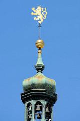 Kupferkuppel vom Uhrenturm des historischen Rathauses von Budweis /  České Budějovice. Das Bauwerk im Stil des Barock wurde 1730 nach den Plänen des Architekten Anton Erhard Martinelli errichtet.