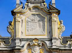 Detail / Schmuckgiebel mit vergoldeten Reliefdekor an der Universitätsbibliothek in der belgischen Stadt Löwen/Leuven. Das historische Gebäude stammt  ursprünglich aus dem Anfang des 14. Jahrhunderts, wurde 1915 zerstört und wieder aufgebaut.