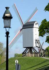 Historische Windmühle und alte Laterne in der belgischen Stadt Brügge.