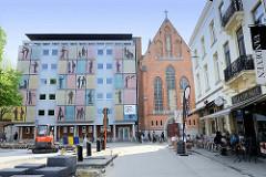Fassade vom Sancta Maria Instituut und die Sancta Maria Kapel in der Tiensestraat von Leuven / Löwen.