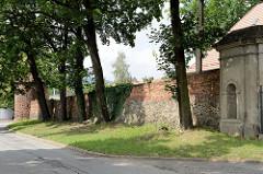Historische Ziegelmauer mit Wehrturm der alten Stadtbefestigung von Pieszyce / Peterswaldau.