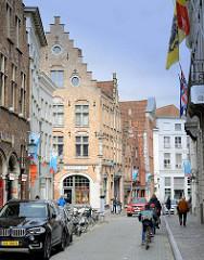 Geschäftsstraße mit historischen Gebäude in der Altstadt von Brügge - Hoogstraat.