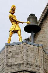 Jacquemart / vergoldete Männerfigur, die mit dem Hammer eine Glocke anschlägt - Turmuhr; Kirche Sint Pieter / St. Peter in der Stadt Löwen / Leuven. Baustil Brabanter Gotik, Baubeginn um 1400.