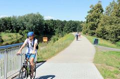 Fahrradweg, Fußweg am Ufer  der Moldau / Vitave in der tschechischen Stadt Budweis /  České Budějovice.