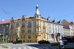 Architektur in   Budweis / České Budějovice; Wohnhaus mit aufwendig gestalteter Fassade in unterschiedlichen Ockertönen