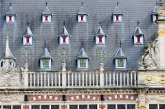 Detail / Dachfenster  der Universitätsbibliothek in der belgischen Stadt Löwen/Leuven. Das historische Gebäude stammt  ursprünglich aus dem Anfang des 14. Jahrhunderts, wurde 1915 zerstört und wieder aufgebaut.