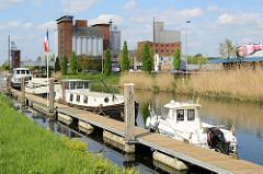 Sportboote liegen einem Bootssteg an der Straße Kolonel Begaultlaa am  Kanal Leuven-Dijle in Löwen/Leuven.