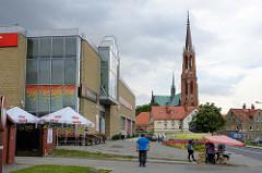 Supermarkt in Langenbielau/Bielawa; im Hintergrund die Katholische Kirche Maria Himmelfahrt, geweiht 1876 -  Architekt  Alexis Langer.