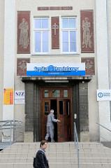 Hauseingang zum Krankenhaus in Langenbielau / Bielawa;  Wandbild zum Thema Krankheit / Heilung.