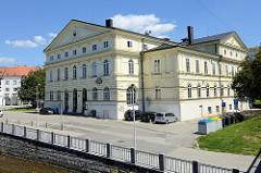 Blick über den Fluß  Maltsch / Malše  in Budweis / České Budějovice  zum Slavie, Vereins- und Kulturhaus der Stadt Budweis / České Budějovice. Das Gebäude wurde im Baustil der Neorenaissance 1872 errichtet.