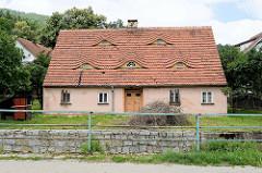 Doppelhaus in Pieszyce / Peterswaldau - Ochsenaugen, Fledermausgauben als Dachfenster.
