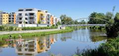 Moderne Wohnhäuser am Ufer der Moldau / Vitave in der tschechischen Stadt Budweis /  České Budějovice.