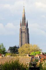Blick über die Dächer der Stadt Brügge zu dem Kirchturm der Liebfrauenkirche / Onze-Lieve-Vrouwekerk.