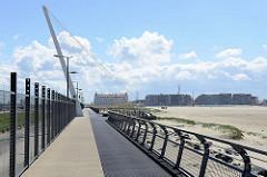 Blick von der Hafenmole über den Strand zur Promenade von Zeebrugge; dieser  St. George's Day-Spaziergang erinnert an den britischen Angriff auf Zeebrugge in der Nacht vom 22. auf 23. April 1918.