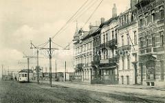 Historische Fotografie von Gebäuden mit Hotels und Restaurants in der Stadt Zeebrugge; eine elektrisch betriebene  Straßenbahn steht an der Haltestelle.