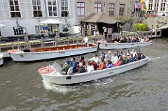 Touristenboote in der historischen Innenstadt von Brügge.