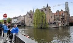 Blick vom Rozenhoedkaai auf die historische Altstadt von Brügge.