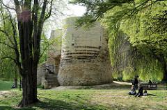 St. Donatus Park in Löwen / Leuven; angelegt um 1875 im englischen Landschaftsstil - Überreste der Stadtmauer aus dem 12. Jahrhundert, die erneuert wurden.