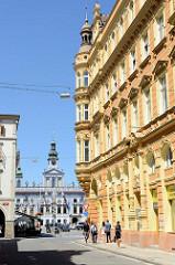 Wohnhäuser in der historischen Altstadt von   Budweis / České Budějovice - im Hintergrund Blick über den Marktplatz zum historischen Rathaus der Stadt.
