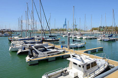 Sportboote - Segelboote und Motorboote - liegen in der Marina von Seebrügge.