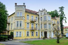 Leerstehendes Gebäude im neogotischen Baustil, quadratische Ecktürme mit Zinnen in   Franzensbad / Františkovy Lázně.