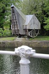 Rekonstruktion eines mittelalterlichen Hafenkrans / Holzkrans in Brügge; mithilfe der  beidseitig an der Krananlage angebrachten Räder wurde der Kran mit Menschenkraft betrieben.