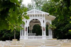Hölzerner Musikpavillon im Kurpark von  Franzensbad / Františkovy Lázně.