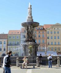 Blick auf den Samsonbrunnen / Samsonova kašna auf dem Marktplatz von Budweis / České Budějovice. Die Brunnenanlage war früher Teil der Wasserversorgung der Stadt; der Brunnen wurde 1722 errichtet - Steinmetz Zacharias Horn.