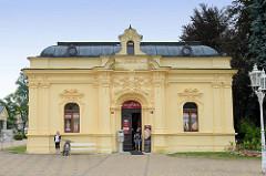 Neoklassizistische Architektur  in der Kuranlage von  Franzensbad / Františkovy Lázně;  jetzt wird das Gebäude gewerblich genutzt.