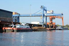 Silokanal bei Brandenburg an der Havel - Hafenanlage zum Verladen von Schrott / Metall; polnische Binnenschiffe - Schubschiff mit Leichter -  liegen am Kai.