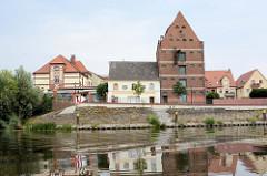 Blick über die Havel zum denkmalgeschützten Speicher am Havelvorland.