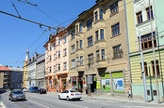 Wohnhäuser / Wohnblocks  in   Budweis / České Budějovice; teilweise mit farbiger Fassade, andere Häuser sind renovierungsbedürftig.