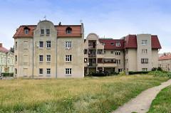 Alt + neu - mehrstöckiges Wohnhaus mit Putzfassade, daneben moderner Wohnblock mit Balkons/Terrasse in der Straße 3 Maja von Langenbielau/Bielawa.