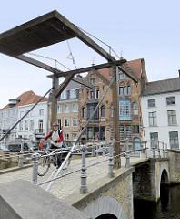 Klappbrücke über den Langerei im Zentrum von Brügge.