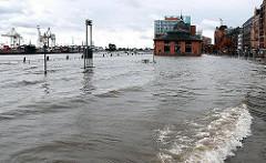 Hochwasser in der Hansestadt Hamburg - wie üblich steht der Fischmarkt und die Fischauktionshalle unter Wasser; die Anlieger sind darauf eingestellt.