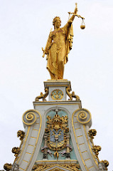 Vergoldete Figur / Skulptur der Justitia mit verbundenen Augen, Schwert und Waage - Giebel mit Wappen Kaiser Karls V an der Alten Kanzlei in Brügge. Renaissance-Architektur, ursprünglich errichtet 1537.