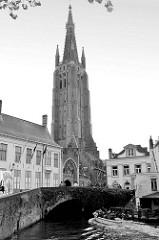 Blick über die Gracht zur Gruuthusebrug und dem Kirchturm der Onze Lieve Vrouwekerk / Liebfrauenkirche.