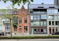 Alt + Neu, modernes Wohnhaus / Geschäftshaus neben einem alten Ziegelgebäude mit Treppengiebeln, Architekturfotos aus Brügge.