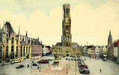 Alte colorierte Fotografie vom Grote Markt in Brügge; Autos parken auf dem Marktplatz, vorne das Denkmal für Jan Breydel und Pieter de Coninck, links der um 1880 im Baustil der Neogotik errichtete  Provinciaal Hof und im Bildzentrum der 83 m hohe